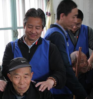 参加乾元观义工团到敬老院看望老人